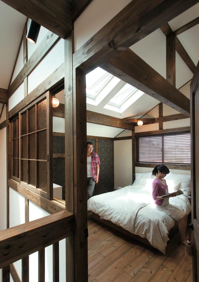 サイエンスホーム【デザイン住宅、自然素材、省エネ】吹抜けに面した主寝室。トップライト越しにきらめく満天の星空を眺めながら深 い眠りに落ちる。上質でラグジュアリーなテイストのクロスは、奥さまと女性コーディネーターが意気投合してセレクトしたもの