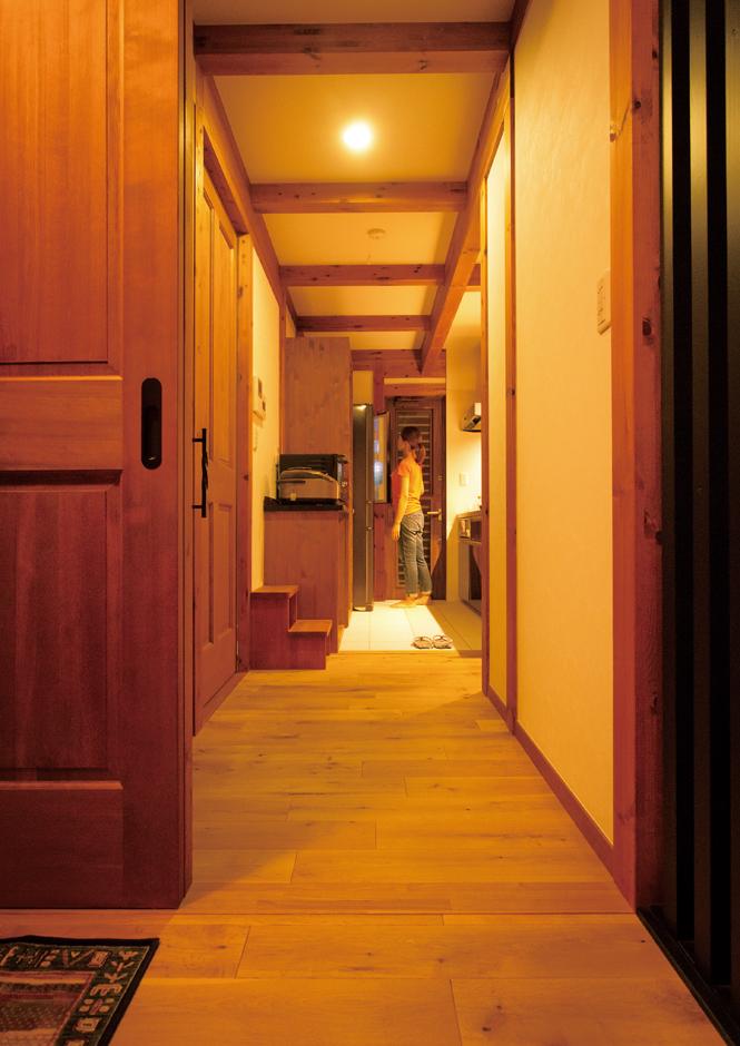 サイエンスホーム【1000万円台、自然素材、ペット】キッチンやトイレ、洗面脱衣室、風呂へは玄関ホールすぐの廊下からも、ダイニングからもアプローチでき、忙しいご夫婦の毎日を助ける動線になっている
