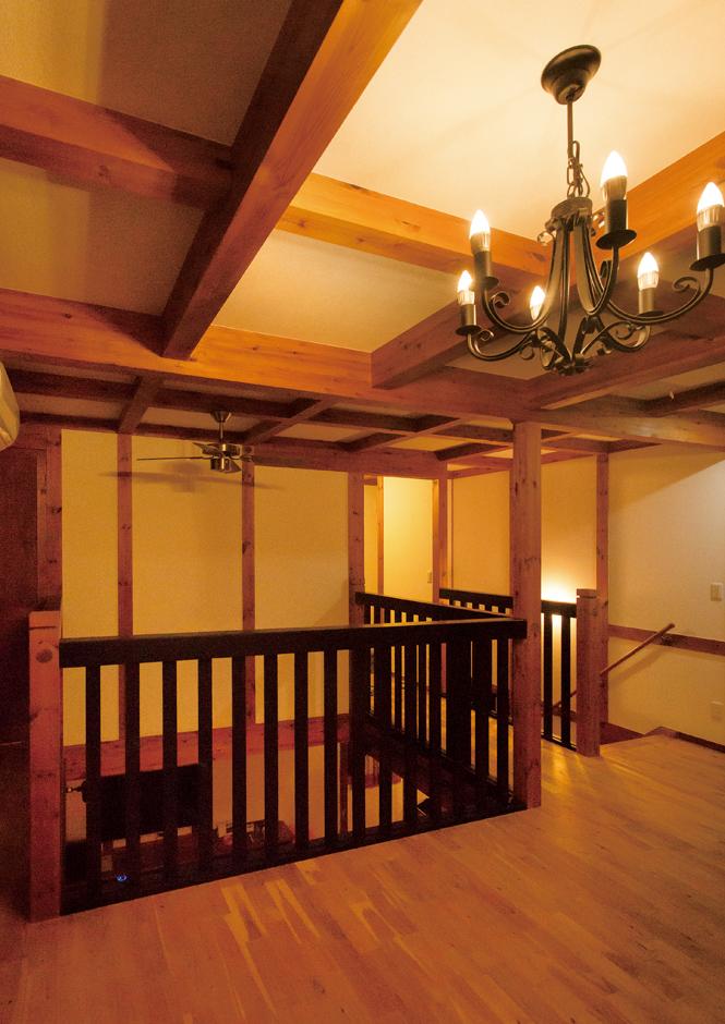 サイエンスホーム【1000万円台、自然素材、ペット】2階のホールも梁や柱が現しになっていて素敵。新築当時はソファを置き、第二のリビングルームとして使用していた