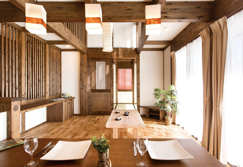 サイエンスホーム【デザイン住宅、和風、自然素材】リビングの和紙のシャンデリアを基点に、家全体を和モダンでコーディネート。キッチンから見える景色もお気に入りだ