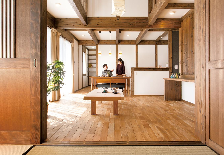 サイエンスホーム【デザイン住宅、和風、自然素材】真壁づくりの吹抜けリビングは開放感抜群。肌触りのいい無垢の床は、家族の成長とともに飴色に変わってゆく