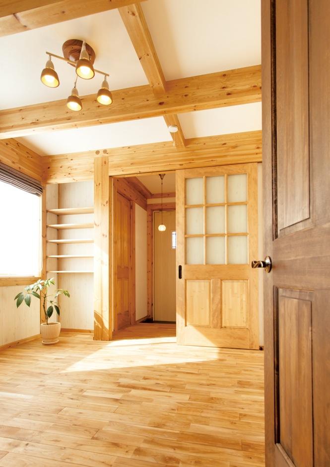 サイエンスホーム【デザイン住宅、和風、自然素材】洋室は木の色をナチュラルに変えてアクセントをつけた。梁、床、建具も明るめの色を使い、カントリー調に。天然塗料の色を変えるだけで様々なスタイルに変化できる