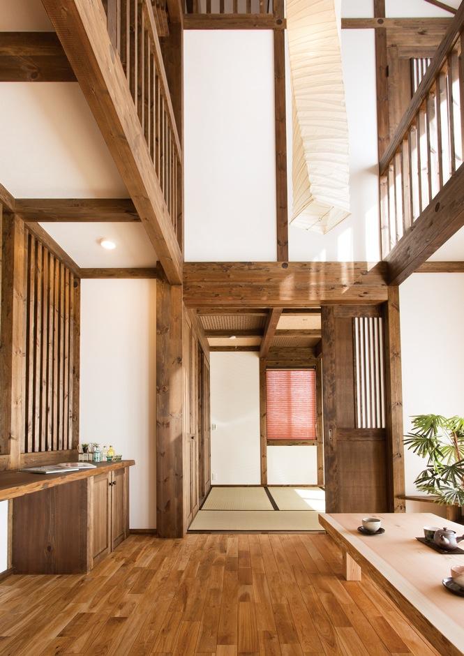 サイエンスホーム【デザイン住宅、和風、自然素材】高い天井を活かした吹抜けのリビングは『サイエンスホーム』ならでは。これほどの大空間でも、外張り断熱で家中の温度差がなく年中快適に過ごせる
