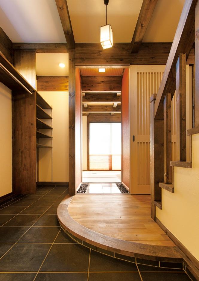 サイエンスホーム【デザイン住宅、和風、自然素材】Rの框が高級感とやさしさを演出する土間玄関