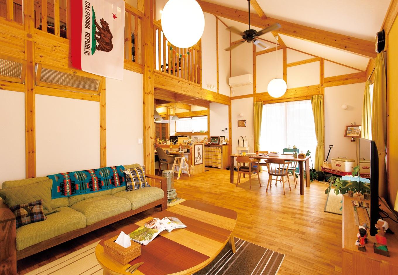 サイエンスホーム【自然素材、ガレージ、インテリア】LDKは縦横にのびやか。無垢の木と漆喰の空間に似合う家具が配置された
