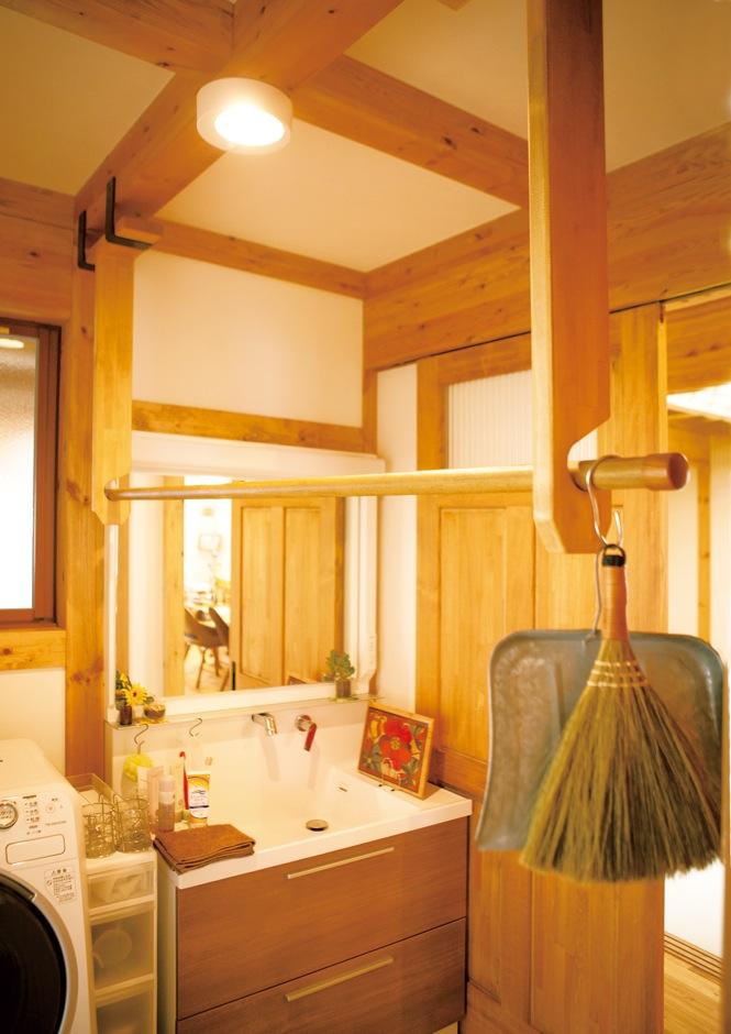サイエンスホーム【自然素材、ガレージ、インテリア】洗面脱衣室に設けた木製の竿掛けは大工さんの力作