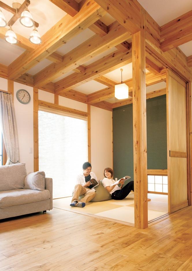 サイエンスホーム【趣味、省エネ、間取り】リビング内にある和室コーナーは、キッチンとの間に扉があり、個室感覚でゆったり過ごすこともできる