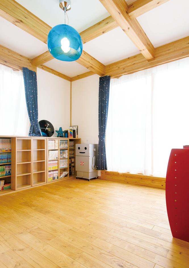 サイエンスホーム【趣味、省エネ、間取り】子ども室は2階に2室用意。無垢材のナチュラルな内装に、ブルーの照明が映える
