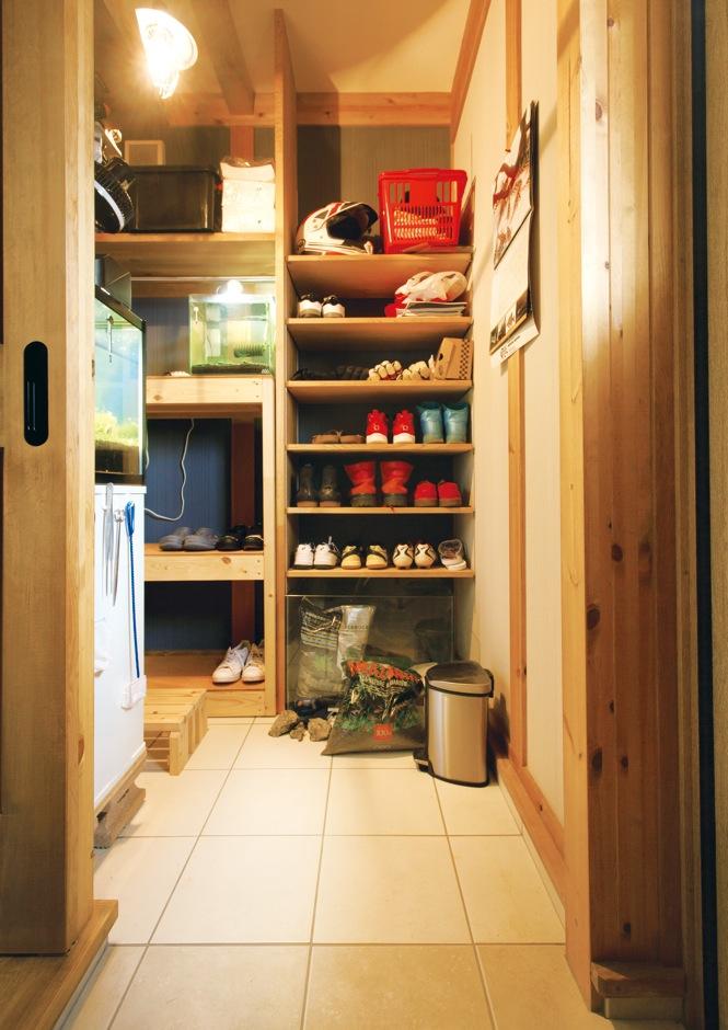 サイエンスホーム【趣味、省エネ、間取り】ご主人が飼育する熱帯魚の一種「レッドビーシュリンプ」のために、シューズクローク内に水場や水槽を配置。壁に穴を開け、玄関ホールからも見えるように設計した。