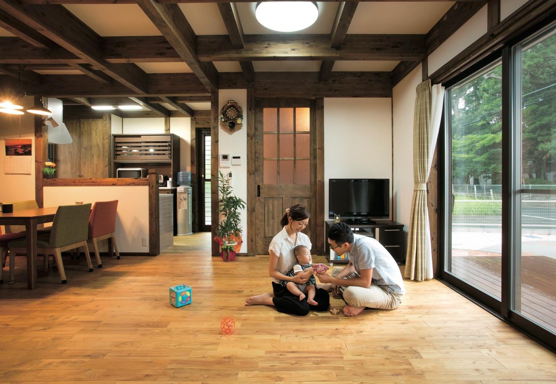 サイエンスホーム【1000万円台、子育て、間取り】南面の大きな開口部から燦々と光が降り注ぐリビング。あたたかい肌触りの無垢の床と真壁の格天井に癒される