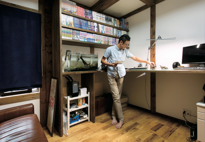 サイエンスホーム【1000万円台、子育て、間取り】ご主人が熱望した書斎。造り付けのカウンターテーブル&本棚がお気に入り。水槽に エビやメダカも飼っている
