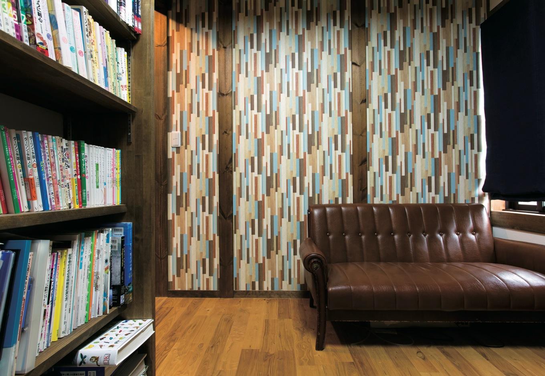 サイエンスホーム【1000万円台、子育て、間取り】書斎の独創的なデザインのクロスは担当の野末さんからの提案。革張りのソファともベストマッチ