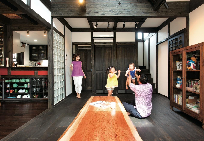 サイエンスホーム【デザイン住宅、和風、間取り】ガラスブロックでゾーン分けされた吹抜けのリビング。床はパイン材を使い、 ダイニングと変化をつけた。一枚板の座卓は担当の三角さんと一緒に製材所へ行って選び抜いた