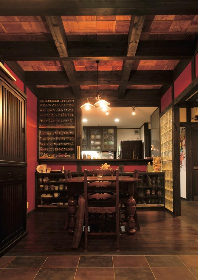 サイエンスホーム【デザイン住宅、和風、間取り】気品と風格がただようダイニングは、明治時代に建てられた迎賓館をイメージしたもの。朱色の壁が圧倒的な存在感を放っている