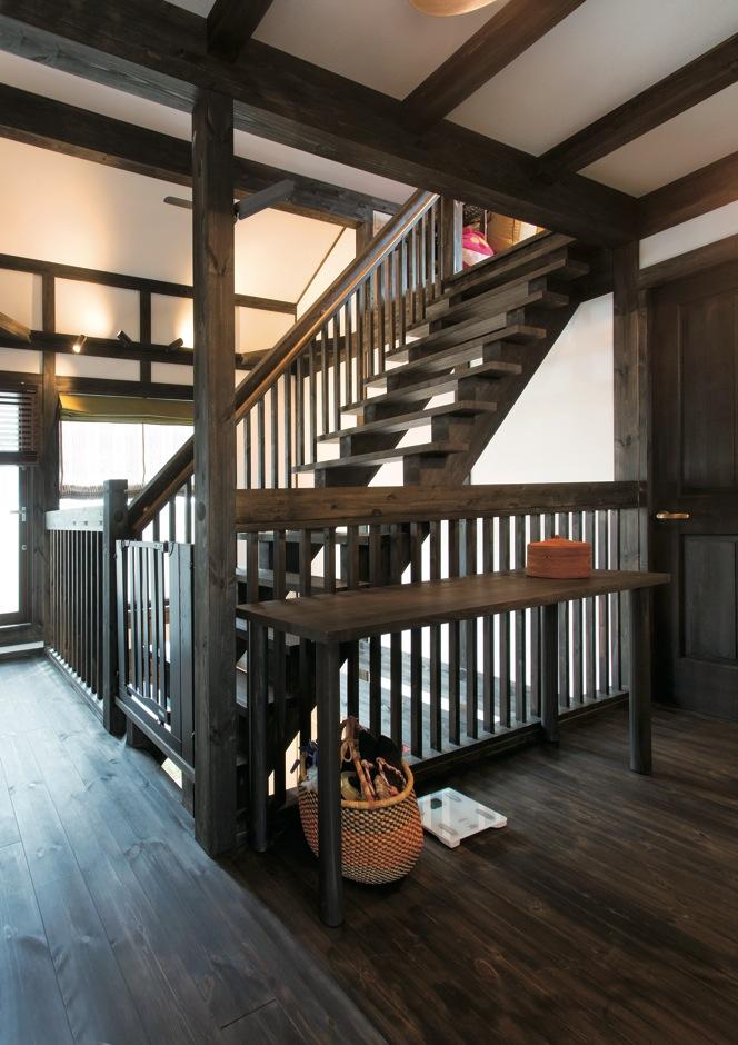 サイエンスホーム【デザイン住宅、和風、間取り】重厚感のあるロフトへの階段。吹き抜けの上にかかっているので、宙に浮いたような感覚に。幅広タイプなので、大きな荷物の上げ下げもラクラク