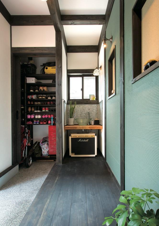 サイエンスホーム【デザイン住宅、和風、間取り】玄関正面の壁は、奥さまの好きなペパーミントグリーンの塗り壁で爽やかに。奥の手洗いコーナーはゲストへのおもてなし