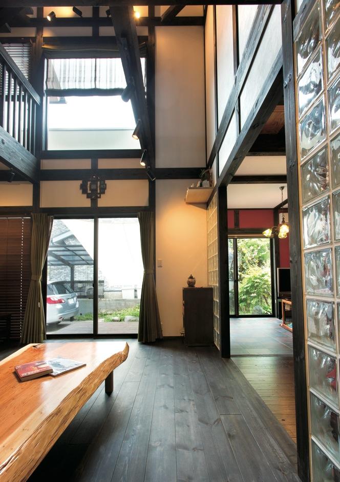サイエンスホーム【デザイン住宅、和風、間取り】高い吹き抜けの大空間は『サイエンスホーム』の中でも人気を集めている。ハイサイドサッシから届く光がパインの床を飴色に変化させていく