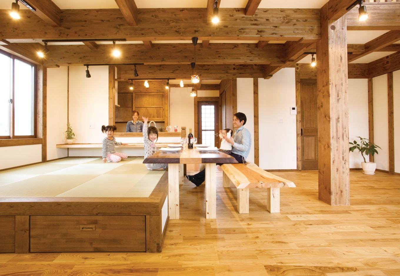 サイエンスホーム【子育て、和風、自然素材】小上がりの畳ダイニングと木製L字カウンターを造り付けにしたことで、奥さまの負担を軽減すると同時に、家族のつながりを感じ合える。畳の下は収納