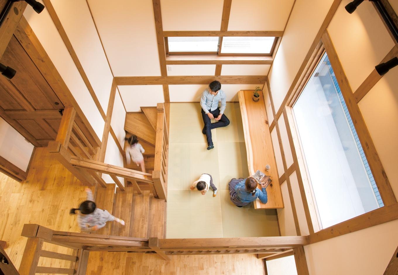 サイエンスホーム【子育て、和風、自然素材】キッチンから見える隠れ家的な中2階は、家族が思い思いに過ごせるユーティリティコーナー。お昼寝したり、無垢の一枚板で作られたカウンターで読書したり、お絵描きすることも