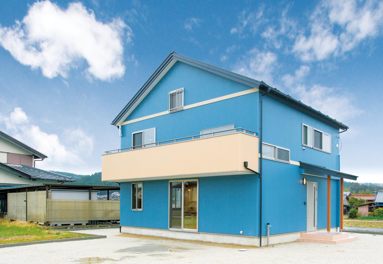 サイエンスホーム【子育て、和風、自然素材】爽やかなブルーのガルバリウムとシンプルな切妻屋根のコントラストが新鮮な外観