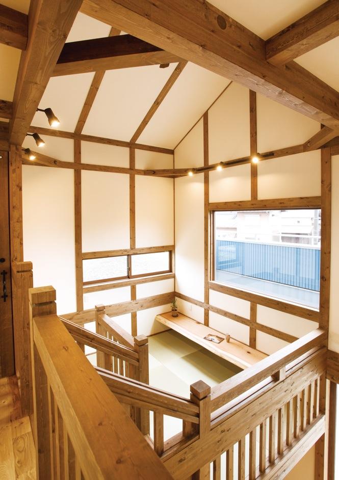 サイエンスホーム【子育て、和風、自然素材】真壁のやさしい表情に癒される2階。これだけ大きな吹抜け空間でも、調湿性に優れた無垢の木と外張り断熱の効果で、家中の温度差がなく、年中快適に過ごせる