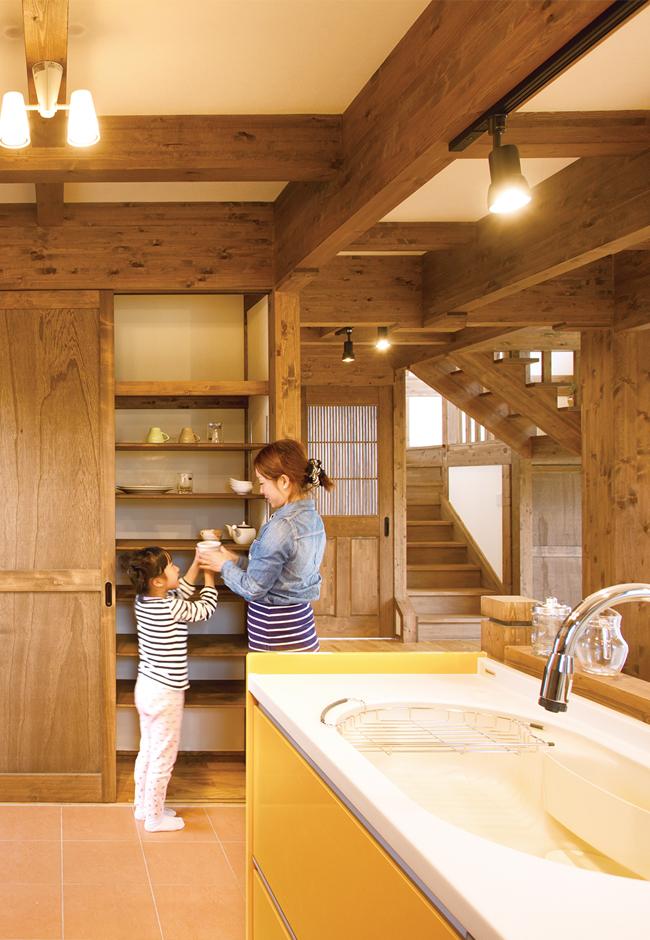 サイエンスホーム【子育て、和風、自然素材】家族5人の食器をすっきりしまえるよう、キッチンのバックヤードやパントリーを大きめに造作した。子どもたちが手伝いやすいよう作業スペースも広々