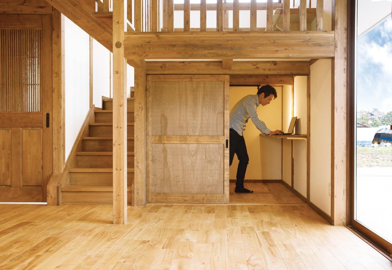 サイエンスホーム【子育て、和風、自然素材】階段下のデッドスペースを活かしたご主人の書斎。閉じこもることがないよう、普段はオープンにしてある。お雛様や五月人形を収納するのにも最適
