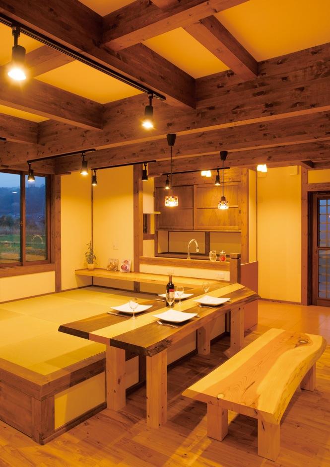 サイエンスホーム【子育て、和風、自然素材】夜、子どもたちが寝た後は、夫婦でしっぽりと晩酌タイムを楽しむ。ソファよりも快適に過ごせる畳ダイニングは、日本人の暮らしに合っているのかもしれない