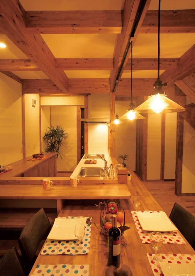 サイエンスホーム【1000万円台、子育て、間取り】独立感のある動線と豊富な収納棚を造作したオリジナルキッチン