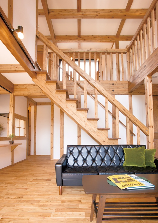 サイエンスホーム【1000万円台、子育て、間取り】天井まで届く吹抜けのリビングは、家族のコミュニケーションもとりやすい。これだけの大空間でも天然木と外張り断熱で家中の温度差がなく快適