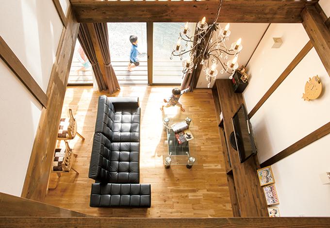 サイエンスホーム【1000万円台、輸入住宅、インテリア】2階の廊下から眺めるリビングの景色も圧巻。造作されたTVボードはインテリアとしても秀逸