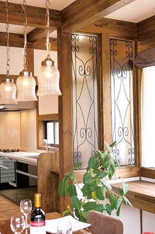 サイエンスホーム【1000万円台、輸入住宅、インテリア】料理中も家族の様子が分かるよう、キッチンとダイニングは装飾ガラスで間仕切り。シャンデリアと同じアイアン調のデザインがポイント