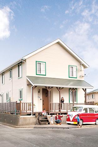 サイエンスホーム【1000万円台、輸入住宅、インテリア】玄関周りのウッドデッキは奥さまこだわりのスペース。モスグリーンの下屋や手すりを取り付け、「アーリーアメリカ ン」を演出している