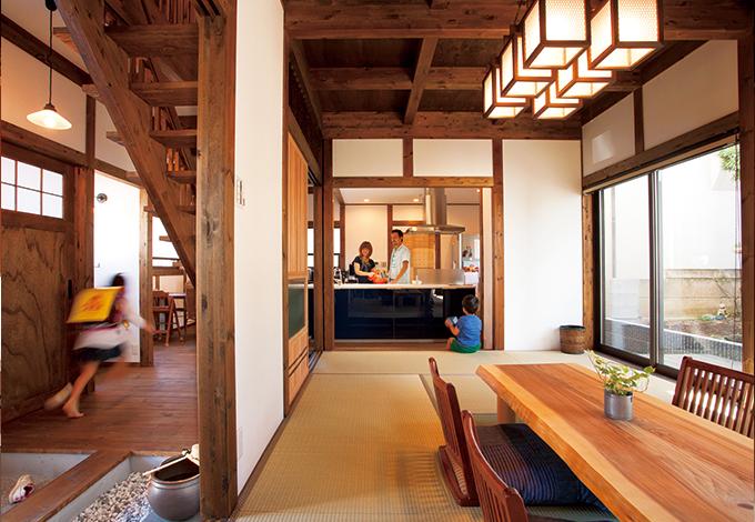 サイエンスホーム【子育て、和風、間取り】玄関から土間を通り、奥のキッチンにはお母さんが待っている。リビングは座卓スタイルの和室。昭和の家庭の家をそのまま再現したようなシンプルな空間は、日本の家づくりの原点といえる