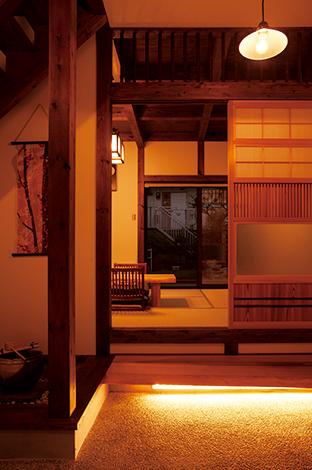 サイエンスホーム【子育て、和風、間取り】L字に和室とダイニングが繋がり、どこか懐かしい和の暮らしを演出。夜になると、間接照明によって式台が照らされ、宙に浮いたような感覚に。引き戸は千本格子や竹を使った造作