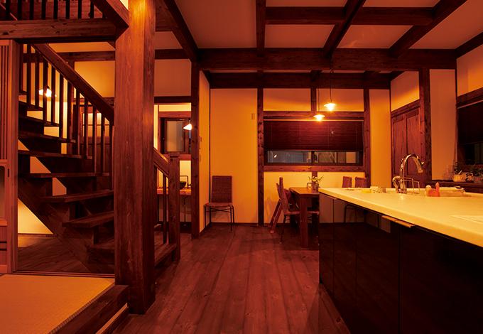 サイエンスホーム【子育て、和風、間取り】生活動線の起点となるアイランドキッチンからは1 階のすべてを見渡せ、スケルトンの階段を通して2階の気配も感じ取れる。どっしりとした大黒柱は7寸角のヒノキを採用