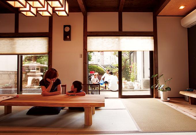 サイエンスホーム【子育て、和風、間取り】古き良き日本の家族団欒シーンを思わせる和室。ウッドデッキで母世帯と繋がっているため、お互いの気配がわかる
