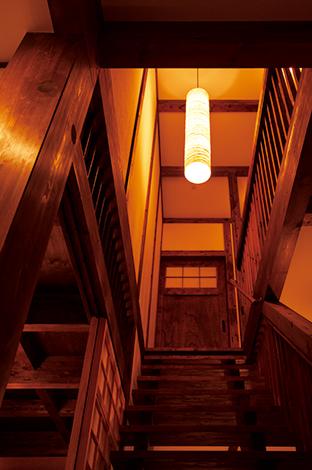 サイエンスホーム【子育て、和風、間取り】2 階ホールへと誘うスケルトンの階段。日中は、手摺の格子、階段の隙間から、やわらかな光を家中に届ける