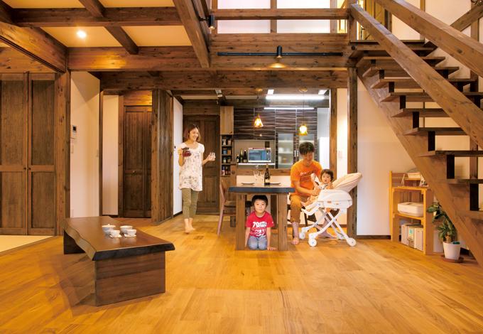 サイエンスホーム【1000万円台、デザイン住宅、間取り】柱と梁を現しにした真壁造りに癒される24畳のLDK。床はナラ材。大きな吹抜けを通して1階と2階がつながり、家族のコミュニケーションをとりやすい