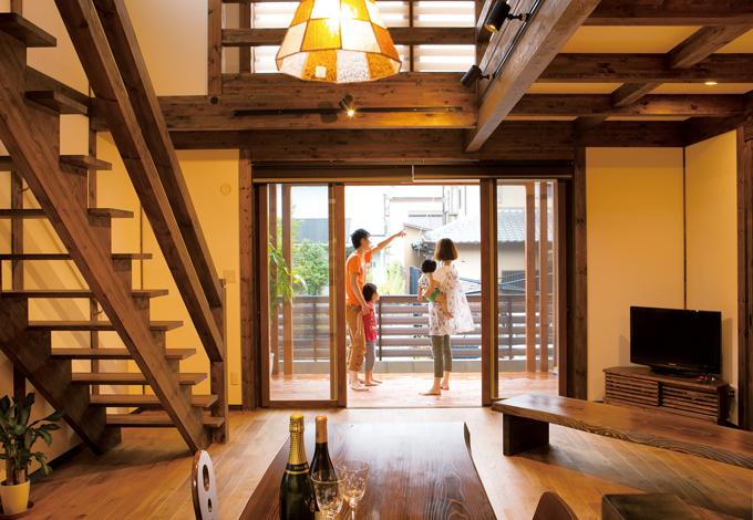 サイエンスホーム【1000万円台、デザイン住宅、間取り】幕末から明治維新の時代の京都の旅館をイメージしたというLDK。奥行き2mもあるウッドデッキは、BBQや花火鑑賞、プールなど多目的に楽しめる
