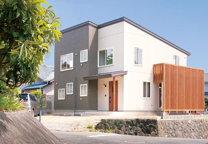 サイエンスホーム【1000万円台、デザイン住宅、間取り】ご主人が自分の足で見つけた自慢の土地に建つ外観。木の格子で建物を覆うメイクアップウッドが個性を引き立てる