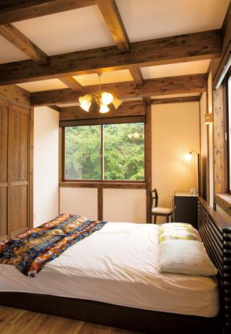 サイエンスホーム【1000万円台、デザイン住宅、間取り】高原のコテージの一室のような主寝室。緑の借景に癒される