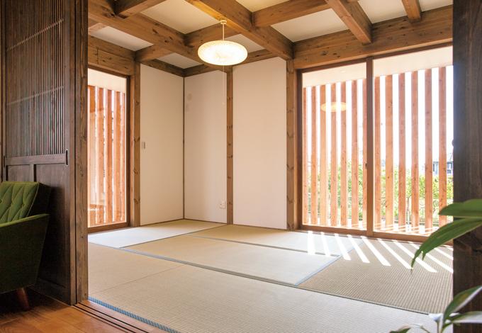 サイエンスホーム【1000万円台、デザイン住宅、間取り】リビングとひとつながりの和室は、遠方から訪ねて来る両親が寛ぐための部屋。格子に囲まれたウッドデッキが回廊のように美しい