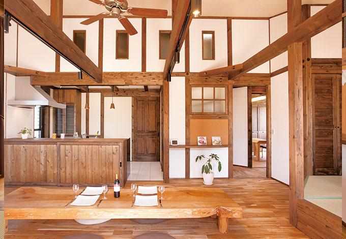 正面左が対面キッチン、上の窓の奥は12畳分の小屋裏収納