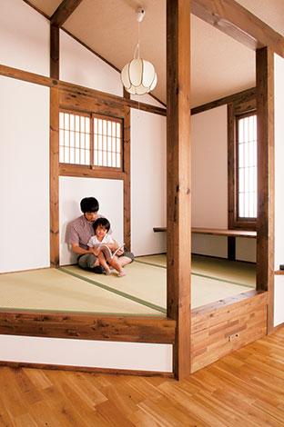 小上がりの畳コーナーは家族のお気に入り空間。絵本の読み聞かせやお昼寝にと大活躍。カウンターはお絵かきや季節の花を飾るなど多目的に使えて便利