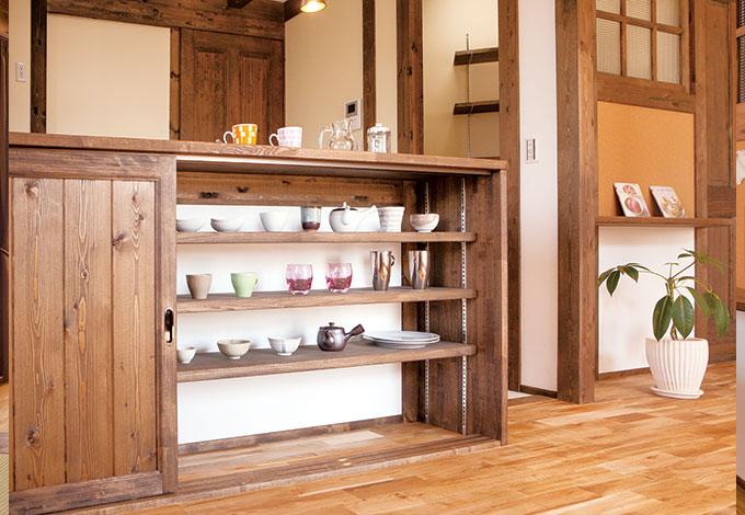 キッチンカウンターの下は引き戸の収納棚