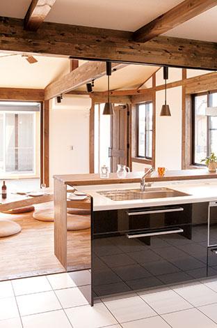 白のフロアタイルと水玉模様のクロスを用い変化をつけたキッチン