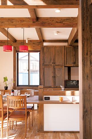 サイエンスホーム【1000万円台、子育て、収納力】使いやすく、たっぷり収納できる食器棚を、真壁の空間に溶け込むようにアンティークなテイストで造作。PCカウンターも横に造った