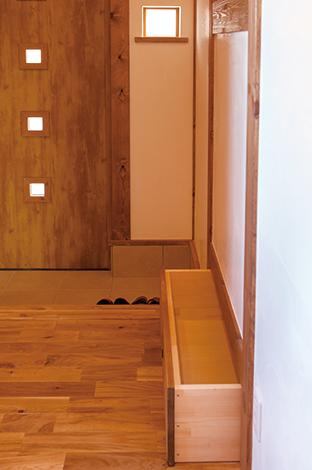 サイエンスホーム【1000万円台、収納力、狭小住宅】和室の畳下を活かした3つ目の収納庫(2つは廊下側)。玄関ホールで利用できるので、外出時に便利