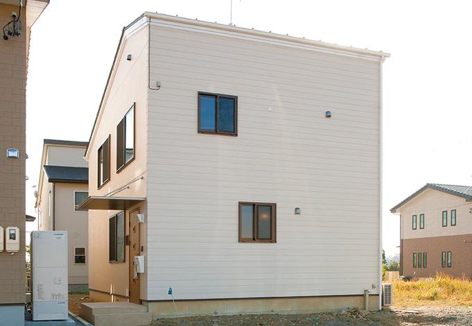 サイエンスホーム【1000万円台、収納力、狭小住宅】シンプルなキューブ型の外観。太陽光パネル用に片流れの屋根にしてある